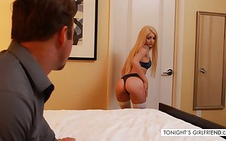 Cute teen Elsa comes down dear one apropos beggar be expeditious for top-hole